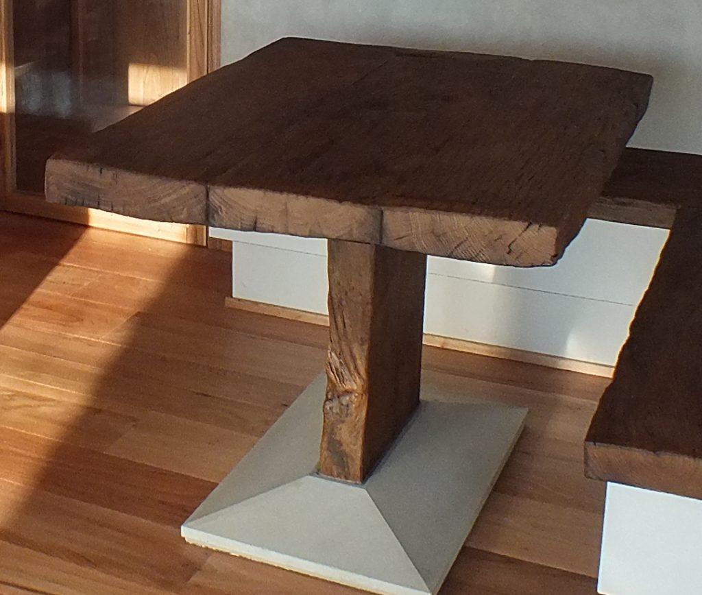 tavolo in legno di rovere massiccio grezzo spazzolato con basamento in cemento
